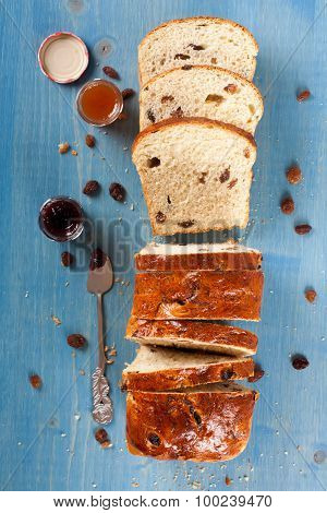 Sliced raisin bread