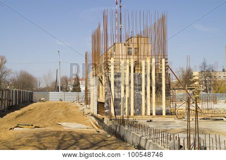 Erection of walls of a building from ferro-concrete