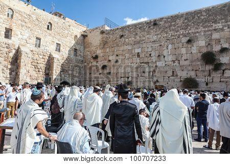 JERUSALEM, ISRAEL - OCTOBER 12, 2014:  Morning autumn Sukkot. Hhuge crowd of faithful Jews wearing white prayer shawls and black long-skirted coats