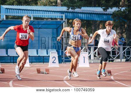 old women's start at 100 meters