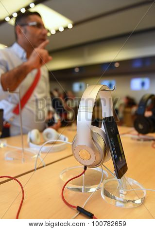Dr Dre headphones connected to smart phone