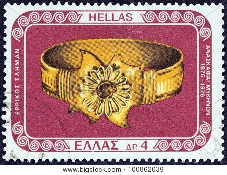 GREECE - CIRCA 1976: A stamp printed in Greece shows gold bracelet from Mycenae