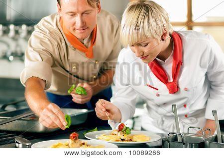 Chef en un restaurante o un hotel cocina cocina
