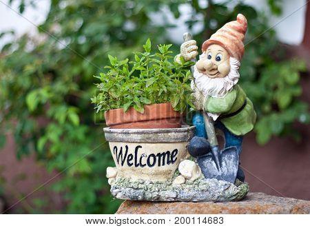 enanito de jardin bienvenida a casa en el pueblo