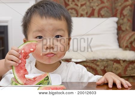 bebé comiendo sandía