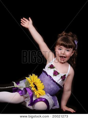 Orgulhosa menina com roupa de Ballet sendo expressivo. Isolado