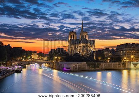 View of the Paris church notre dame at sunset