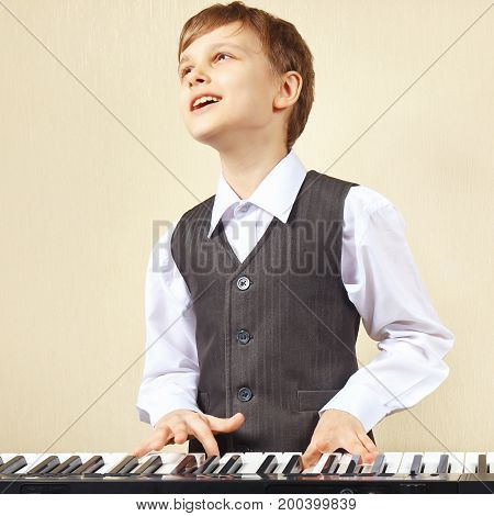 Little pianist play the keys of the synthesizer
