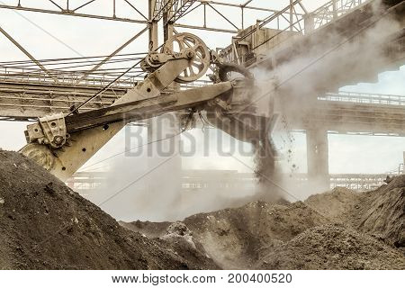 Loading of slag with a heavy bucket excavator in the metallurgical industry