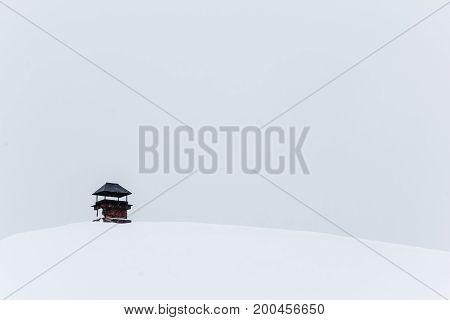 Roof of a chalet cowred with snow.