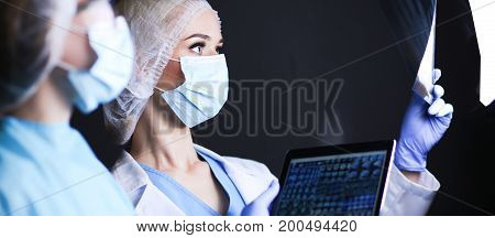 Medical team speaking of a X-ray in an operating room.