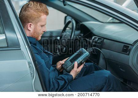 Automechanic Using Car Diagnostic Tool