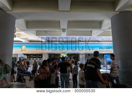 Badung/bali-march 28 2019:the Atmosphere Of Hubbub In The Pick Up Area Of the International Airpor