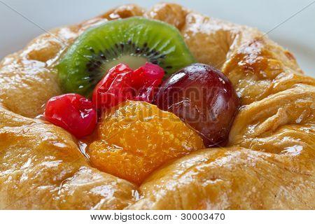 Custard tart with grape, kiwi, tangerine