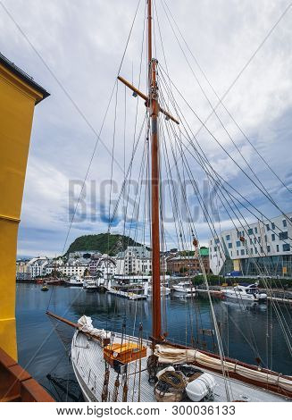Old Town Pier With Old Boats And Sailing Ship. Historical District Of The Bryggen - Hanseatic Wharf