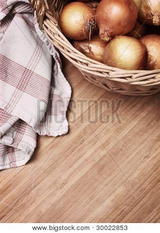 Zwiebeln in einem Korb