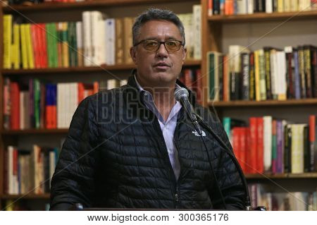 HUNTINGTON, NY-APR 02: Former baseball pitcher Ron Darling signs copies of his book