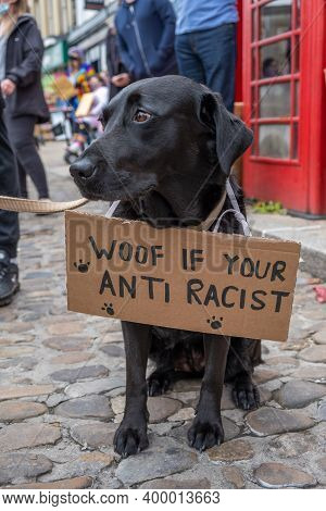 Richmond, North Yorkshire, Uk - June 14, 2020: A Black Labrador With An Anti-racism Banner At A Blac