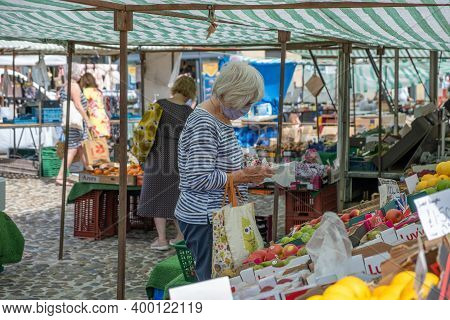 Richmond, North Yorkshire, Uk - August 1, 2020: A Woman Wearing A Face Mask Browses At A Fruit And V