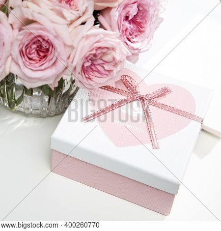 Rose White Pink O'hara. Bouquet Of Pink Roses With The Pink Box As A Gift For Valentine's Day. Copy