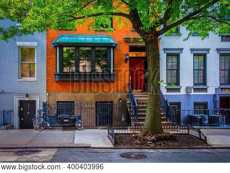 New York City, Usa, May 2019, View Of The Ground Floor Of Some Buildings In The Chelsea Neighborhood
