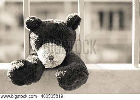 Broken Heart Or Loneliness Concept. Black And White Image And Over Ligth Of  Alone Teddy Bear With I