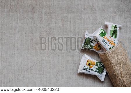 Cbd Edibles, Cbd-infused Snacks, Cakes, Hemp Wafers With Cannabis. Testy Cbd Snacks In Bowl On Linen