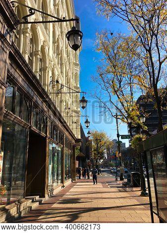 Philadelphia, Usa - November 6, 2016: Chestnut Street In Philadelphia, Sunny Day
