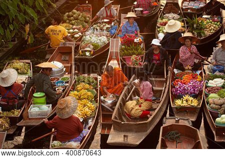 Ratchaburi, Thailand-november 15 , 2020 : Unidentified Vendors And Traveler Give Alms To Monks Due T