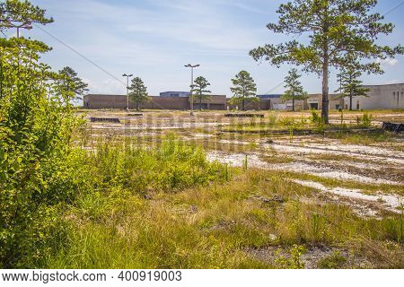 Augusta, Ga Usa - 07 04 20: Abandoned Regency Shopping Mall Corner Building View From A Distance