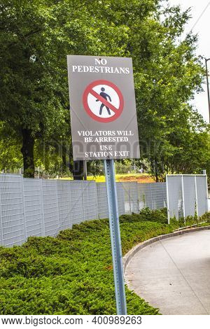 Avondale Estates, Ga / Usa - 07 07 20: Marta Kinsington Transit Station Ino Pedestrians Warning Sign