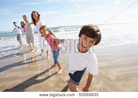 Multi-Generation-Familie, die Spaß am Strandurlaub