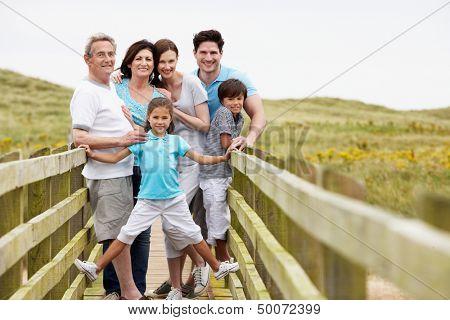 Multi-Generation-Familie entlang Holzbrücke