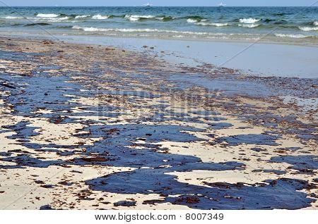 Derramamento de óleo na praia