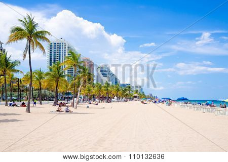 FORT LAUDERDALE,USA - AUGUST 11,2015 : People enjoying the beach at Fort Lauderdale in Florida on a summer day