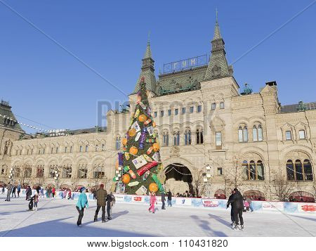 Kremlin Christmas Tree And Tourists At The Rink