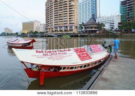 Kuching Sarawak Malaysia-march 25, 2015:unidentified People Taking Wooden Boat To Cross Sarawak Rive