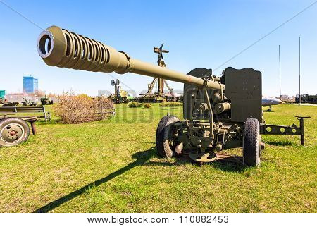 Anti-aircraft Gun Ks-19 Model 1947 In Togliatti Technical Museum In Sunny Day