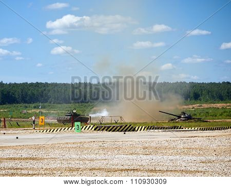 Shooting tank T-72 on the test site