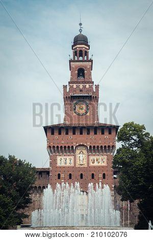 Photo of the the facede an fountain of Castello Sforzesco in Milan