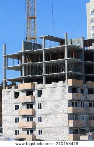 Construction of multi-storey monolithic house and industrial building crane