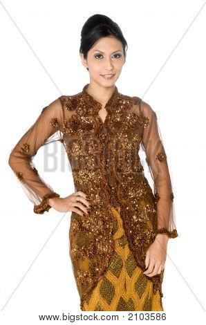 Belas mulheres asiáticas em trajes tradicionais