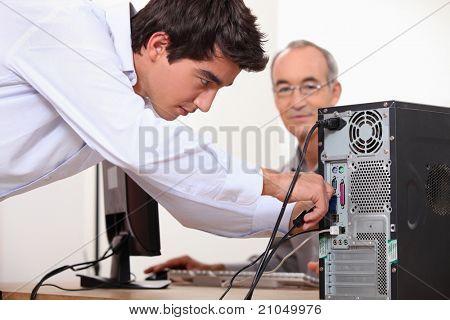 Mann zur Festsetzung eines Computers
