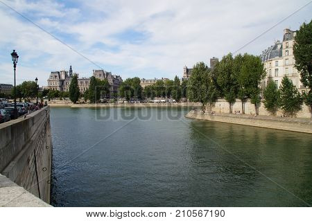 The Seine in Paris is a part of the landscape of the capital of France. The Seine cuts Paris in its environment (middle) even if the right bank occupies a space more important than the left bank. In Paris, its length occupies about 13 kilometers, with a d