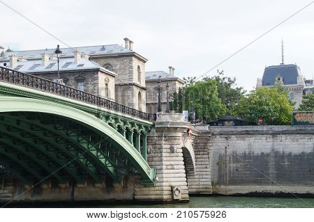 The Seine in Paris is a part of the landscape of the capital of France. The Seine cuts Paris in its environment (middle) even if the right bank occupies a space more important than the left bank. In Paris, its length occupies about 13 kilometers,