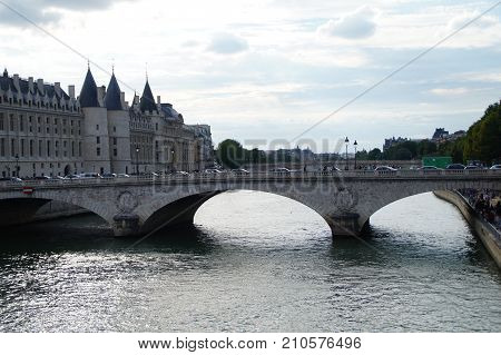 The Seine in Paris is a part of the landscape of the capital of France. The Seine cuts Paris in its environment (middle) even if the right bank occupies a space more important than the left bank. In Paris, its length occupies about 13 kilometers
