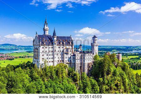 Neuschwanstein Castle (schloss Neuschwanstein) In Fussen, Germany.
