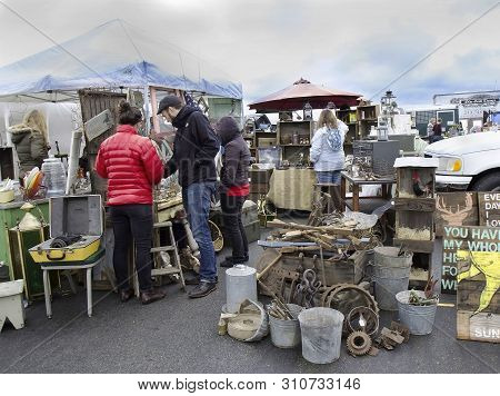 Alameda,california/usa - March 2, 2014: An Unidentified Caucasian People Shopping At Flea Market.