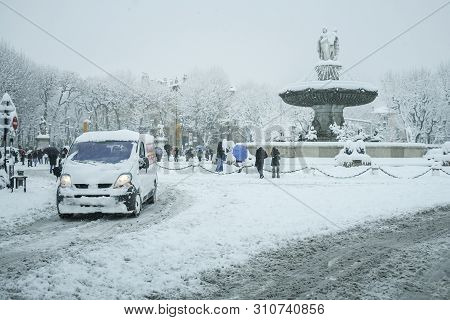 Aix En Provence, France - January 7, 2009: Fontaine De La Rotonde Fountain Covered By Snow With Cars