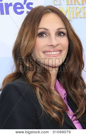 LOS ANGELES - MAR 17:  Julia Roberts arrives at the